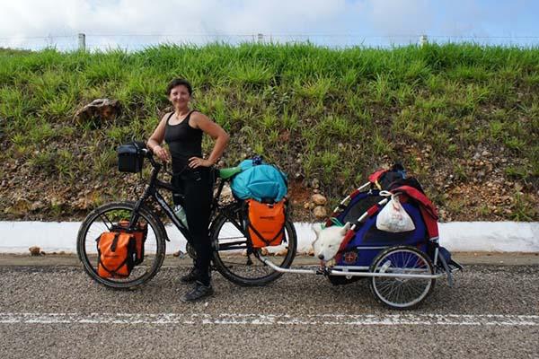 Putovanje oko svijeta - bicikl, prikolica i pas