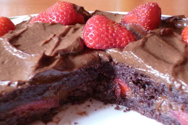 Ljepljiva čokoladna torta s malinama