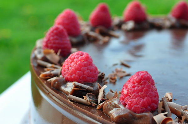 Torta s tamnom kremom i malinama