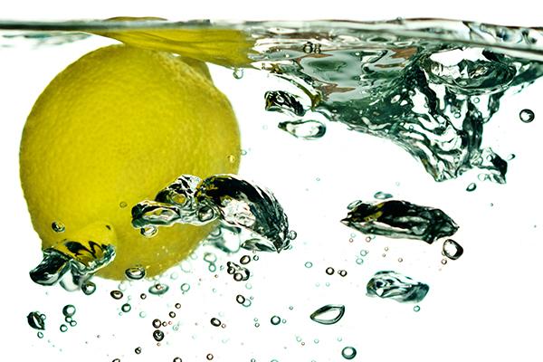 Čaša tople vode s limunom za dobro jutro