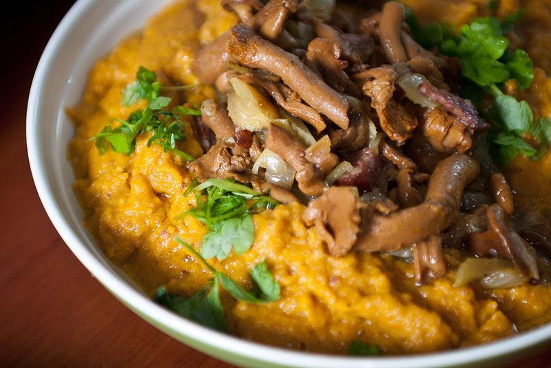 Šumsko meso na tanjuru: Gulaš od lisičarki sa žgancima