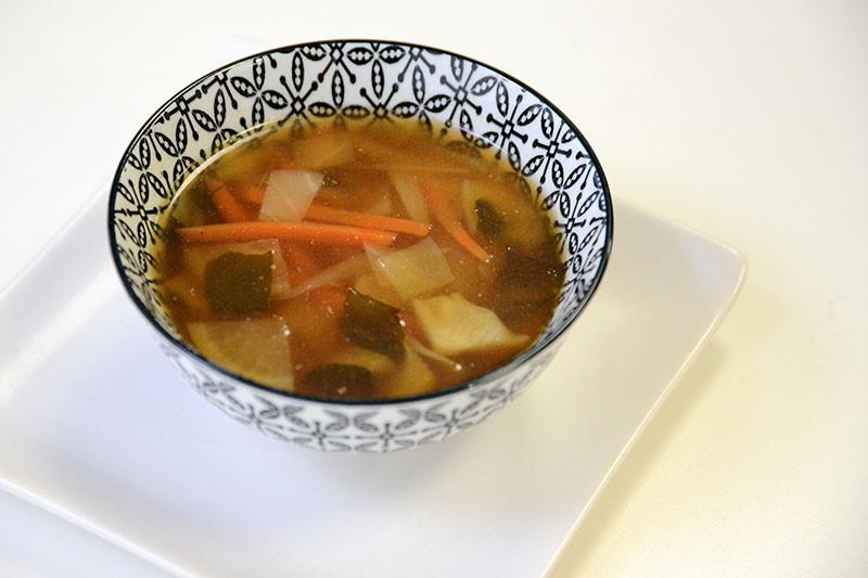 Miso juha sa sezonskim povrćem