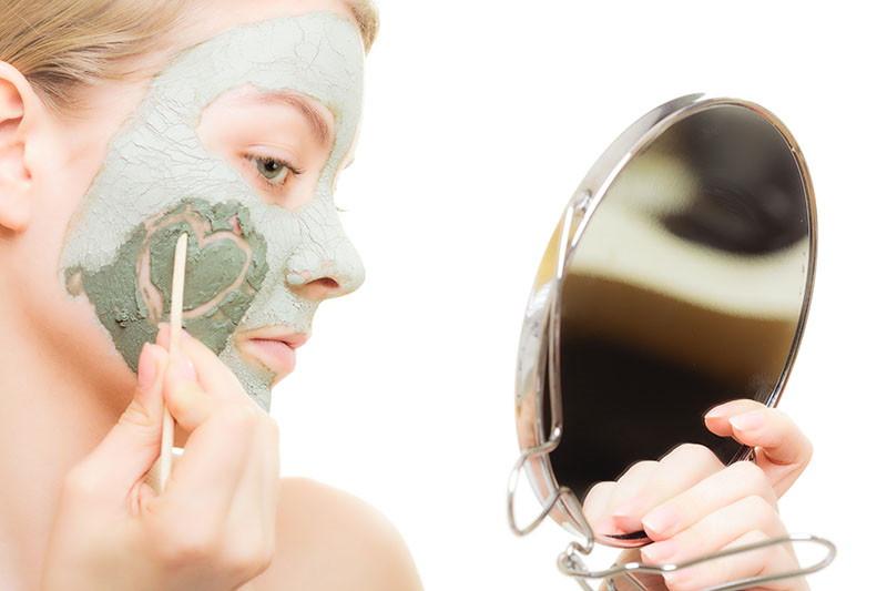 Prirodna maska od gline za problematičnu kožu tinejdžera