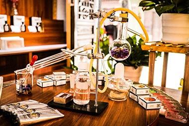 Prva izložba prirodnih parfema - jer kreiranje parfema