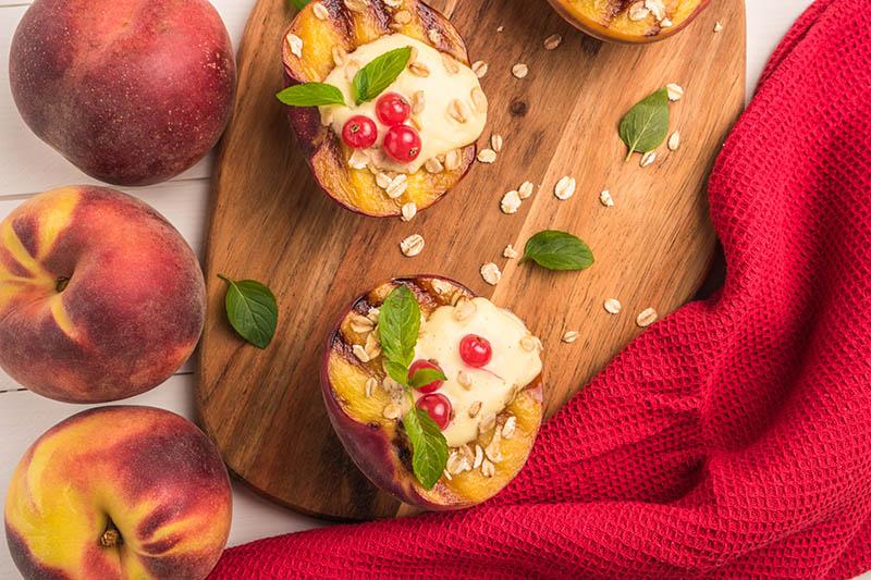 Zapečene breskve s medom i mascarponeom - savršeni ljetni desert za sve sladokusce