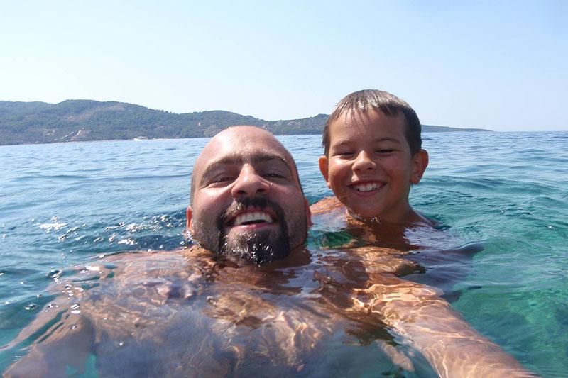 Domagoj Jakopović Ribafish plivanjem povezuje hrvatske otoke u spomen na sina Roka