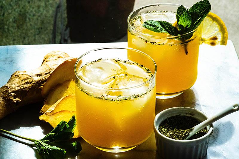 Ledeni čaj od đumbira, kurkume i limuna savršeno osvježava i tjera vrućine