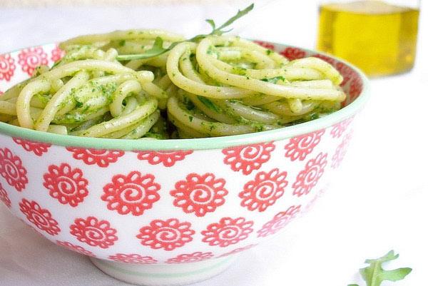 Špageti s pestom od rikule, kozjeg sira i pinjola