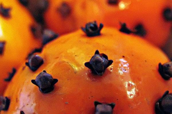 Božićni ukras od naranče i klinčića